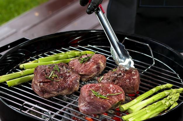 Filet mignon beaf steak gourmet asperges op grill