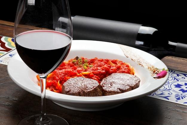 Filet mignon met pasta en re-wijn