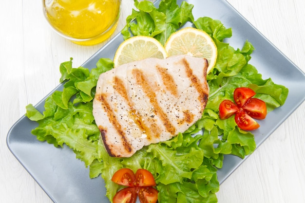 Filet van gegrilde tonijn met salade en tomaten