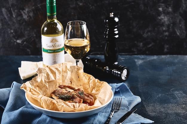 Filet van witvis koolvis, kabeljauw, zeebaars, zeebrasem met olijven, tomaten en citroen, gebakken in perkament. traditioneel italiaans eten vis papillo met bulgur, voedsel foto.