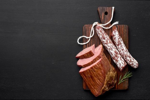 Filet vlees en salami op een houten bord