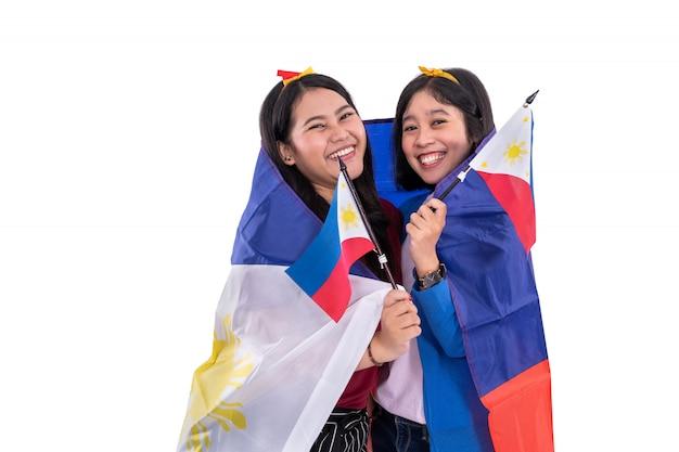 Filipijnse vrouw die de nationale vlag van filippijnen houdt