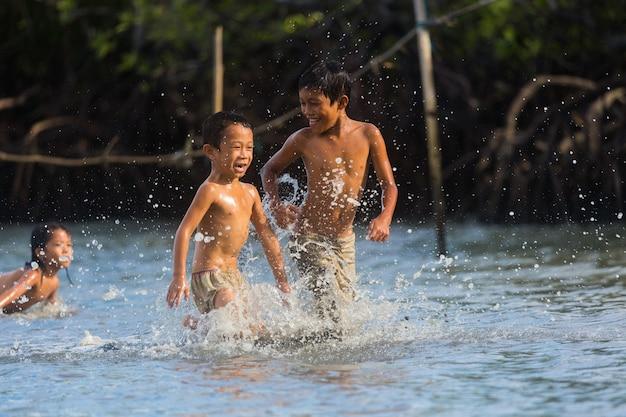 Filippijnse cebu-eiland mogen filippijnse kinderen plezier hebben op zee