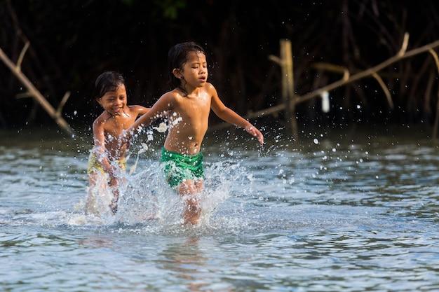 Filippijnse cebu-eiland mogen filippijnse kinderen plezier hebben op zee Premium Foto