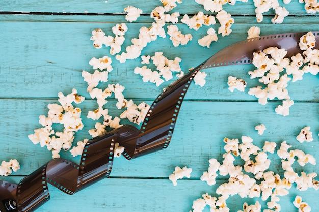 Film en popcorn op blauw
