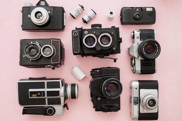 Film in het midden van camera's op roze achtergrond