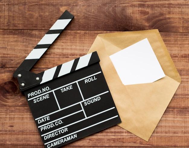 Film kijken. filmklapper en popcorn op blauwe houten tafel