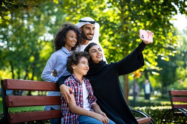 Filmisch beeld van een gezin dat speelt op de speelplaats in dubai