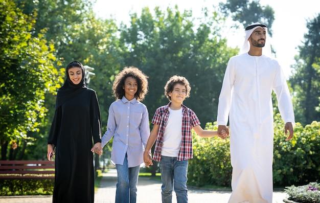 Filmisch beeld van een gezin uit de emiraten dat tijd doorbrengt in het park