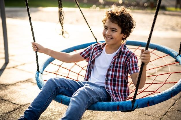 Filmisch beeld van spelende kinderen op de speelplaats
