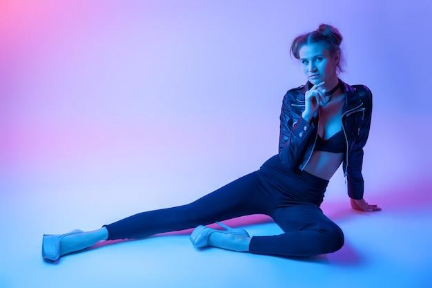Filmisch nachtportret van vrouw in neon