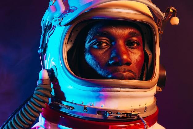 Filmische afbeelding van een astronaut. kleurrijk portret van een man met een ruimtepak