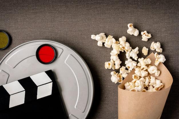 Filmklapper, een doos met een film en een pakket met popcorn