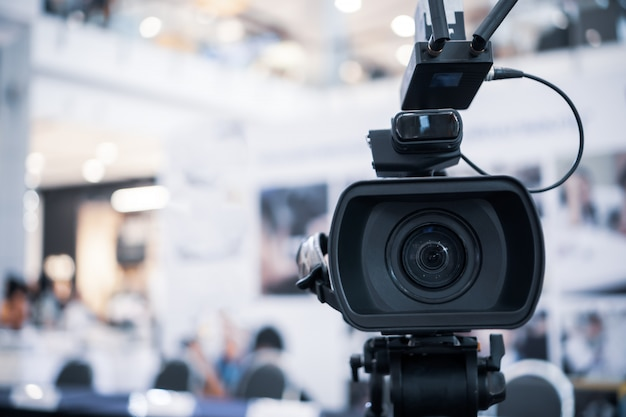Filmlens van videocamera opname filmopname van grote opening in conferentiezaal live streming