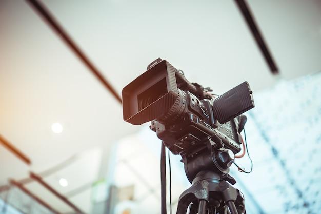 Filmlens van videocamera-opname filmopnamen van grote opening in conferentiezaal live streming wifi microfoon