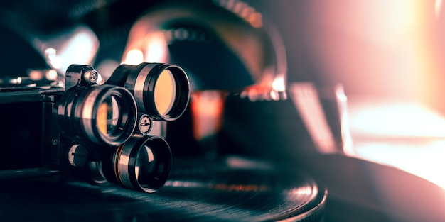 Filmprojector op donkere achtergrond. close-up van oude retro dingen schieten met vintage stijlkleuren en afgezwakt.
