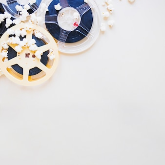 Filmstrips in popcorn op lichtblauw