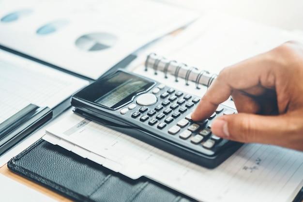 Financial business man accounting berekeningskosten economische budgetinvestering