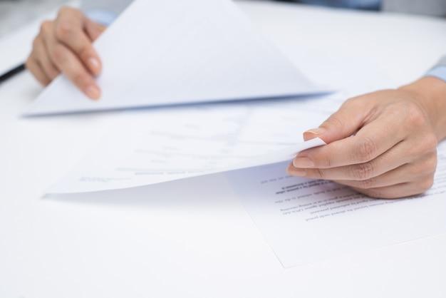 Financieel adviseur die wettelijke documenten bekijkt