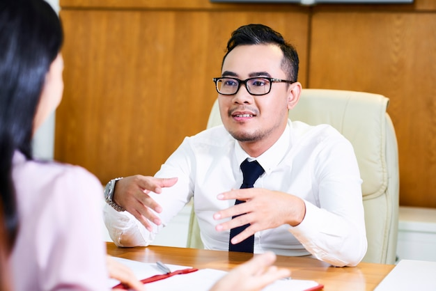 Financieel adviseur raadplegende cliënt