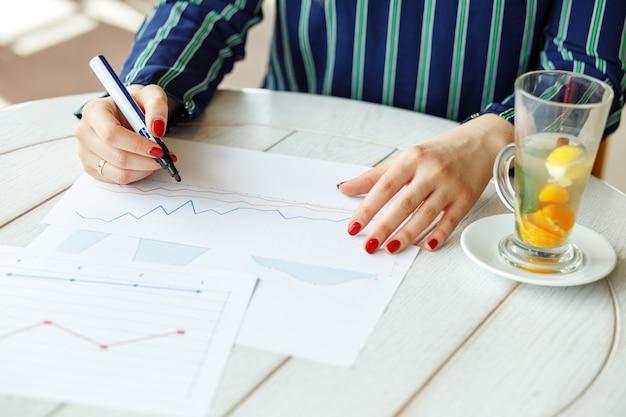 Financieel analist voert een analyse van het bedrijf uit