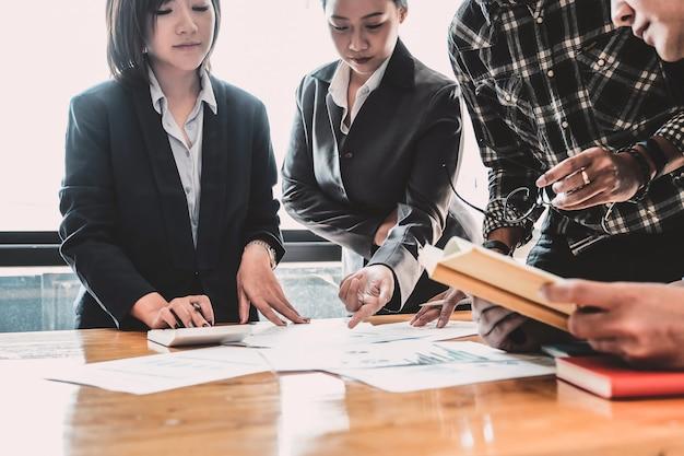 Financieel, boekhoudkundig, investeringsadviseur overleg met haar team op kantoor. teamwerk meeting concept