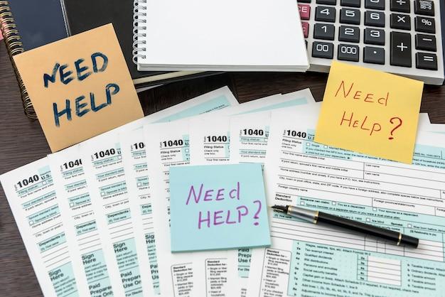 Financieel document met laptop, deadline. belastingadministratie