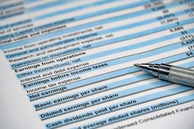 Financieel overzicht en oogglas, bedrijfsconcept