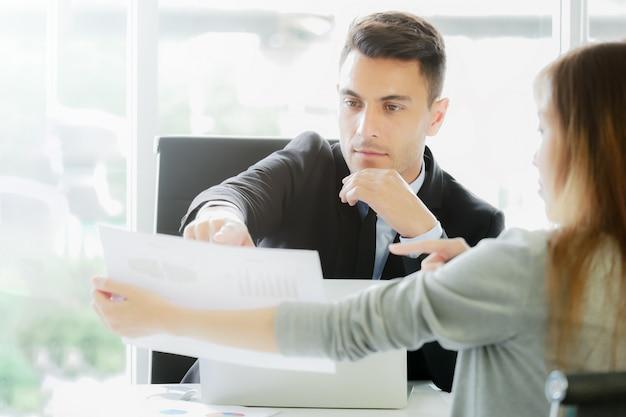 Financieel rapport analyse: cfo ziet financiële samenvatting rapporten