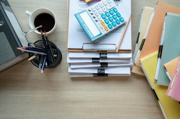 Financieel rapportpapier en rekenmachine op tafelbureau, financiële en boekhoudkundige concepten