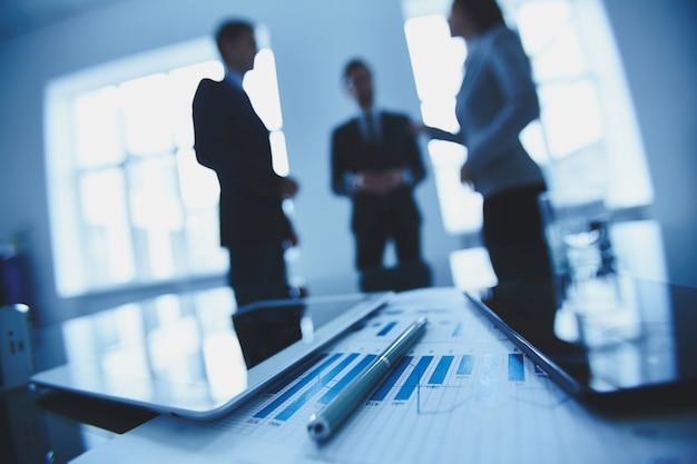 Financieel verslag met collega onscherpe achtergrond