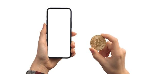 Financiële betaling met bitcoin en mobiele telefoon, leeg wit schermmodel, handen met cryptocurrency-muntstuk geïsoleerd op een witte achtergrondfoto