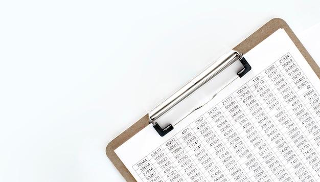 Financiële documentatie, papieren bord met bedragen. bedrijfsconcept