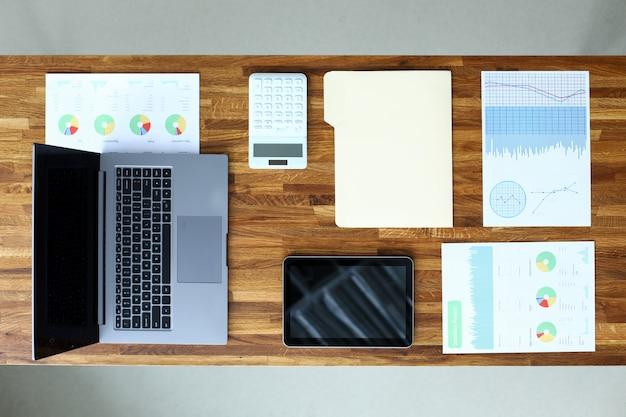 Financiële documenten en apparaten zijn tabel opgemaakt