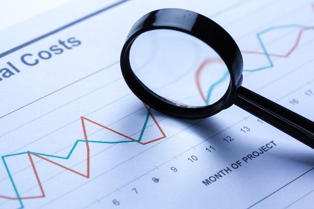 Financiële documenten met vergrootglas erover