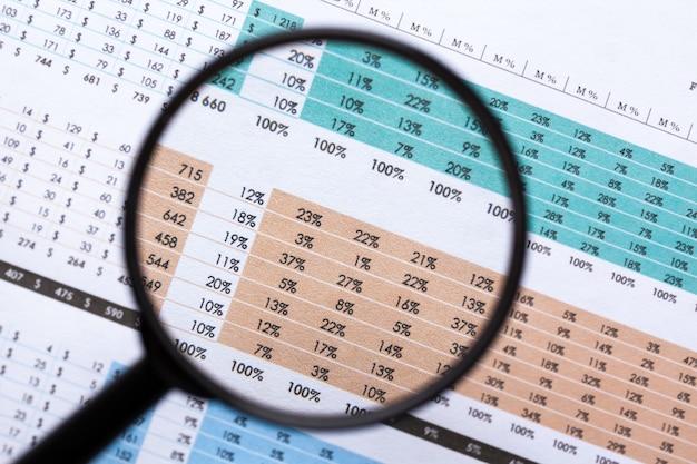 Financiële documenten met vergrootglas over hen