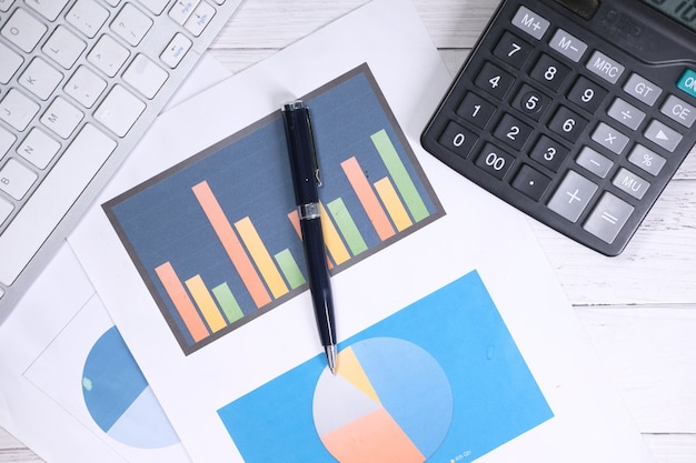 Financiële grafiek, rekenmachine en blocnote op tafel