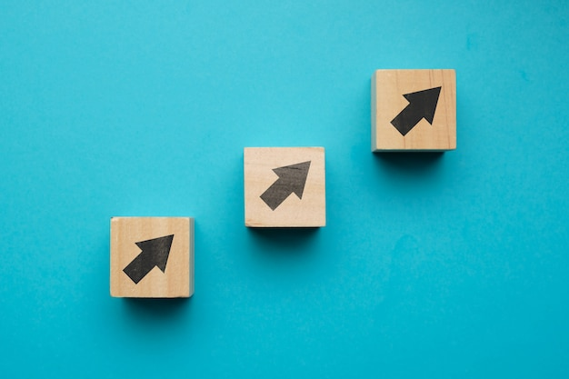 Financiële groei concept met pictogrammen op houten blokken.