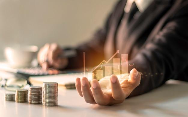 Financiële groeigrafiek bij de hand, zakenmensen documenteren kantoorfinanciering, financiële ideeën en leninginvesteringen.