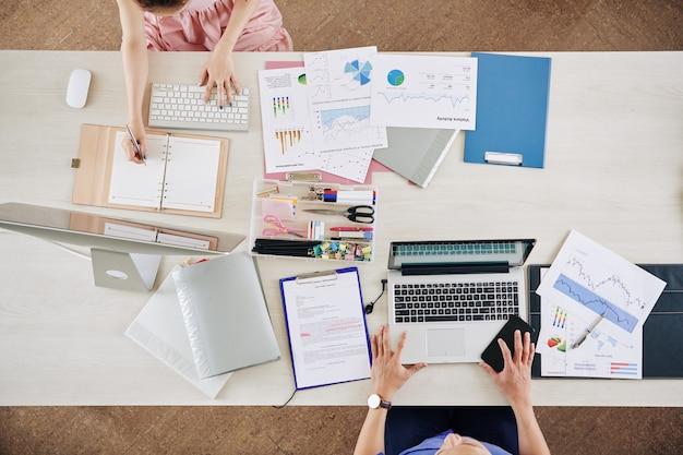 Financiële managers die aan rapport werken