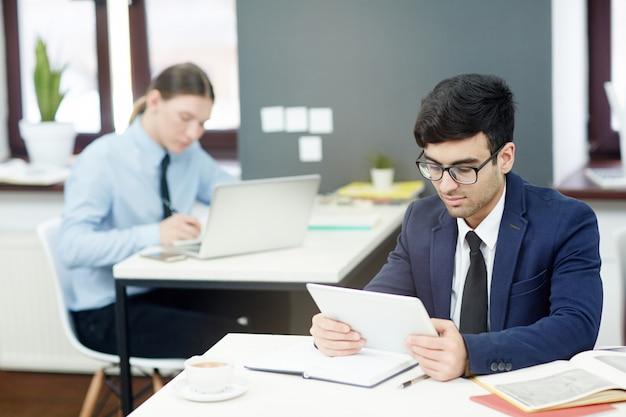 Financiële managers op het werk