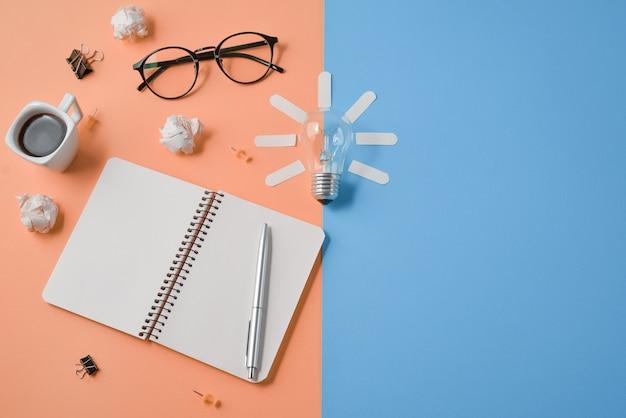 Financiële planning brainstormen rommelige afbeelding van de tabel boven met lege clip bord, kantoorbenodigdheden, pen, kladblok