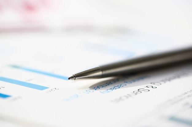 Financiële statistieken documenten balpen infographics