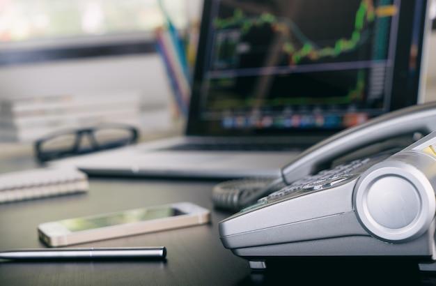 Financiële voorraad analyzist op het computerscherm in bureau