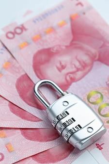 Financiële zekerheid wachtwoord slot en bankbiljetten op witte achtergrond