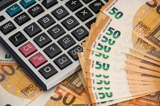 Financiën achtergrond concept euro rekeningen met rekenmachine. europees geld