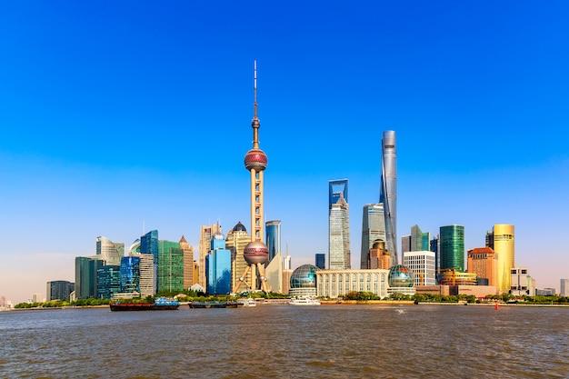 Financiën bedrijfsdistrict pudong van shanghai met wolkenkrabbers.