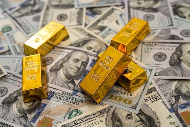 Financiën concept dollarbiljetten en goudstaaf