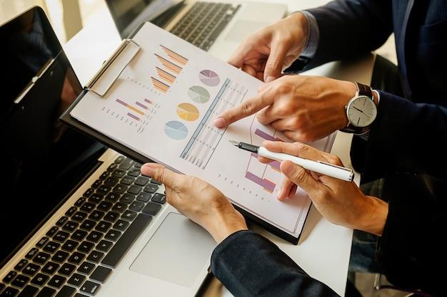 Financiën economie werk mannelijke discussie laptop