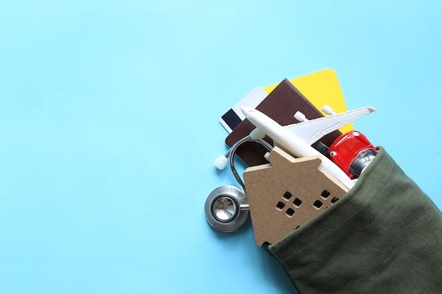 Financiën en bankwezenconcept, modelhuis of bezit in de zak op blauwe achtergrond